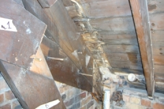 Dry rot in the bearing end of rafter
